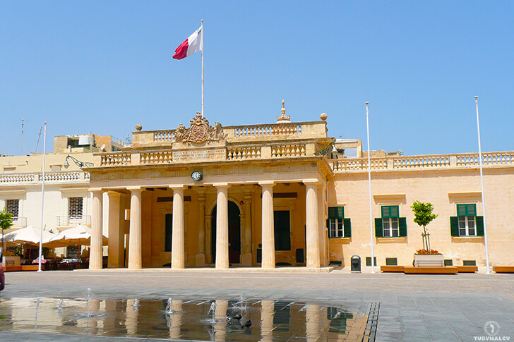 malta nazdjęciach valletta pałac flaga
