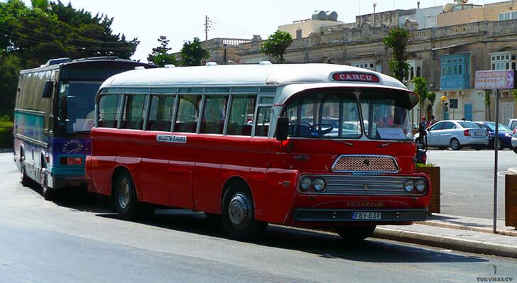 malta czerwony zabytkowy autobus